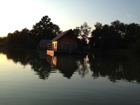 Le Domaine de la Dombes : cabane flottante