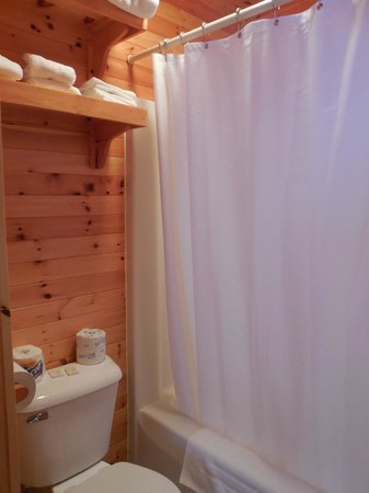 Betsy Ross Lodging: Notice the full size shower/tub!  And plenty of towels, washcloths, etc.