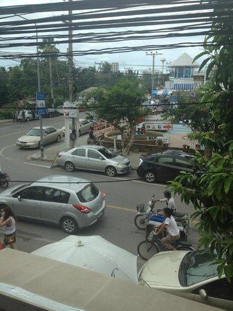 Baan at 51 Hua Hin : ตลาดด้านข้างที่พัก
