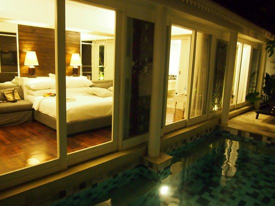 Astana Batubelig Villas : Night view from the pool