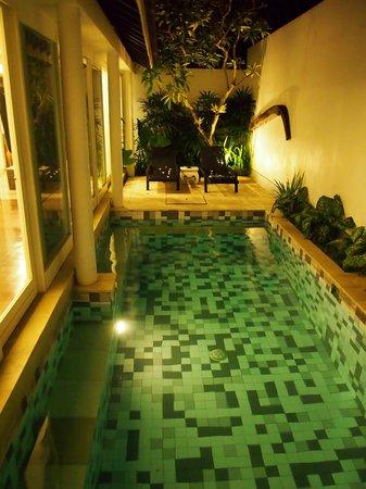 Astana Batubelig Villas : Pool at night