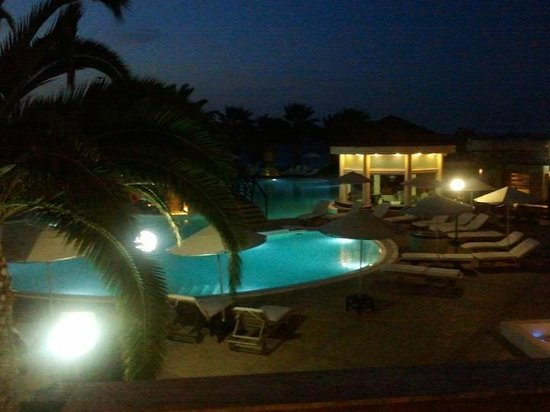 D'Andrea Mare Beach Resort: pool area at night