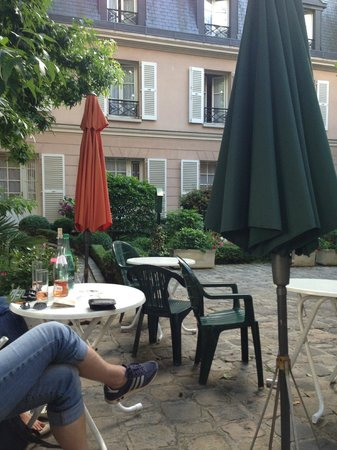 Hotel des Grandes Ecoles: The patio was an inviting place to relax.