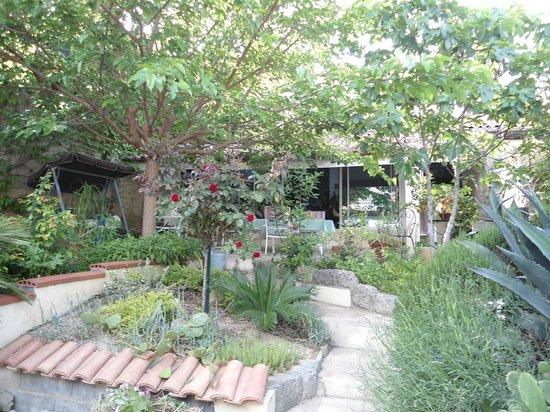 La Vigneronne De Marie: Jardin au calme chambre hôte beziers