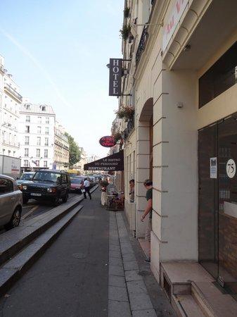 Hotel Diana : Street view of front door