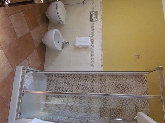 Marin Hotel: salle de bain