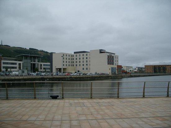 Premier Inn Swansea Waterfront Hotel : Ansicht von der Stadt aus