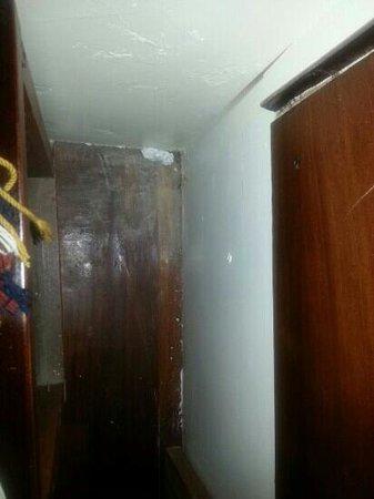 Sangay Spa Hotel : habia basura en los rincones de la habitación.