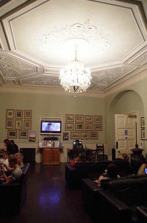 Palmers Lodge - Swiss Cottage: Aufenthaltsraum/Fernsehen/Internet