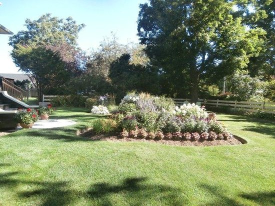 Brown's Manor Bed and Breakfast : Gardens
