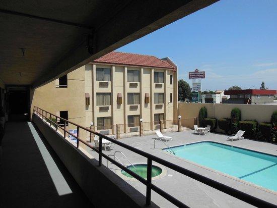 Best Western Norwalk Inn: Vista da piscina