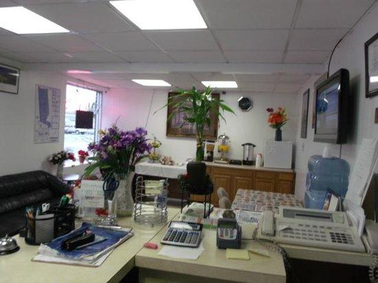 Inn Towne Motel: Office and Breakfast