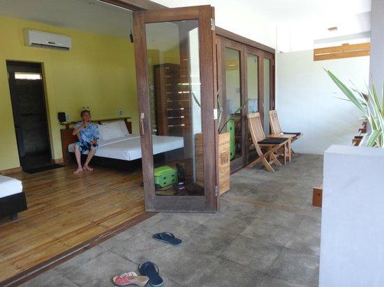 JavaCove Beach Hotel: Outside seating area