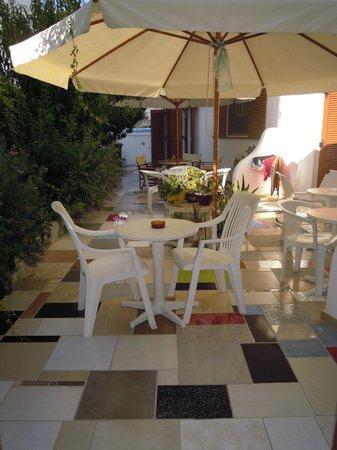 """Cyclades Hotel and Studios: il """"nostro""""giardinetto"""