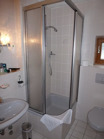 Hotel astra ulm hotel reviews photos rate comparison for Very tiny bathroom