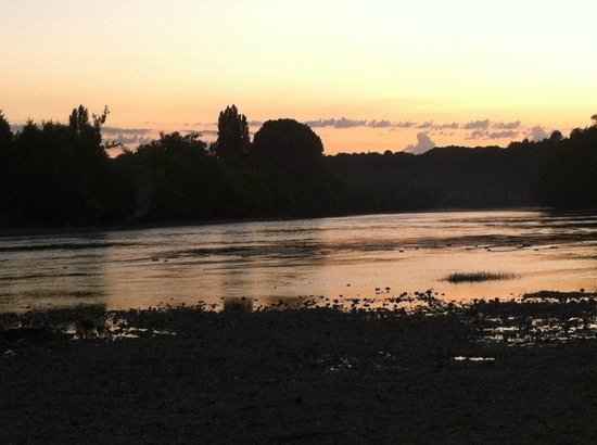 Camping le Port de Limeuil : Sunset over the River Dordogne.