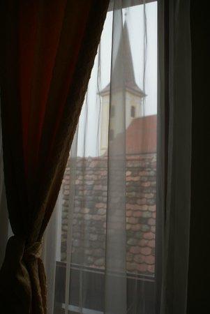 Pensiunea Cardinal: Вид из окна номера на православную церковь