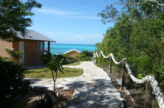 Shannas Cove Resort : Walkway from bungalows to the beach.