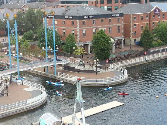 Holiday Inn Express Manchester - Salford Quays: View of quay and Beefeater Pub/Restaurant