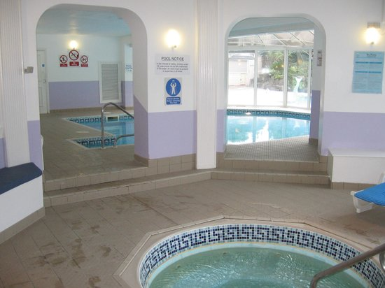 Hallmark Hotel Bournemouth Carlton: Indoor pool with view of the outdoor pool.