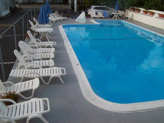 Americas Best Value Inn & Suites / Hyannis: Questa è la piscina scoperta.