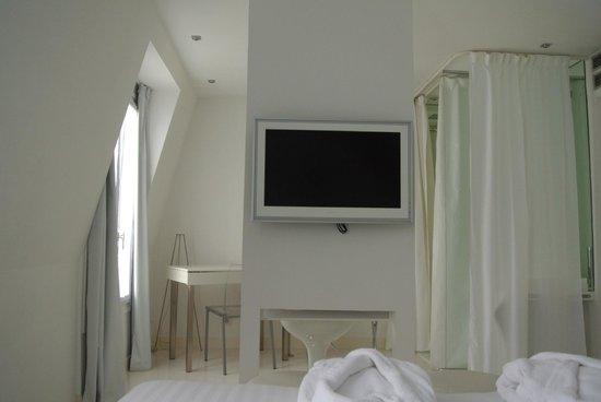 BLC Design Hotel: Fernseher vom Bett aus