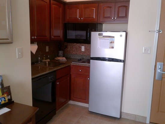 Staybridge Suites South Bend - University Area: Kitchen area in the room