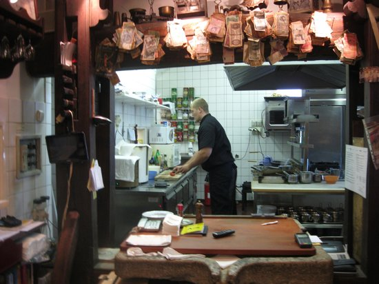 Aranysarkany Vendeglo : open keuken