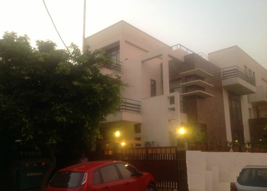 OYO 5528 DLF Phase 4 : Outside view