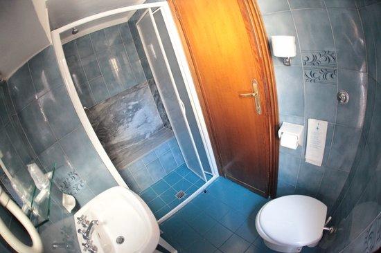 Hotel Nizza: Baño, un poco estrecho pero correcto, bien ventilado, con ventana al exterior.