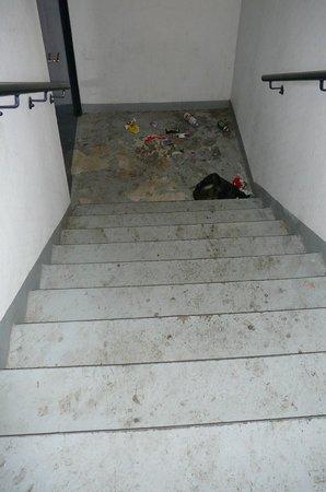 Appart'City Paris Alfortville : escalier de secours menant au rez-de-chaussée