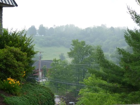 BEST WESTERN PLUS Waterbury - Stowe : View of Morning Mist from Hotel Driveway