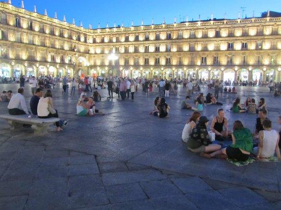 Hotel Alameda Palace: Plaza mayor en la noche
