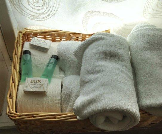 Ferrybridge Hotel: basket of products in bathrom