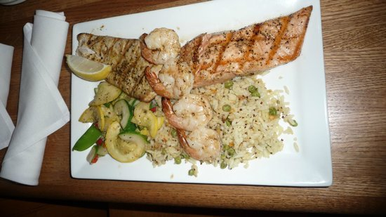 Oceanic Restaurant and Grill: Mixed grill - mahi mahi salmon and shrimp
