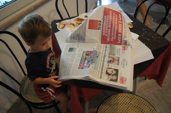 Hotel Morri: Luca fa colazione con i giornali