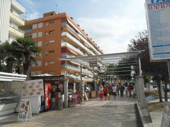 Hotel Riviera : view down the promenade