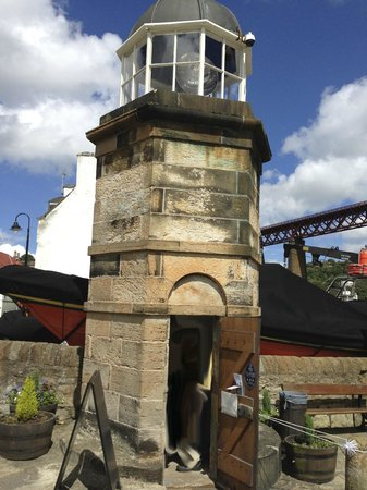 North Queensferry Harbour Light Tower: The beautiful little lighthouse