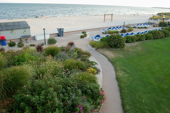 Riviera Beach Resort : Walkway to the outdoor pool, patio & beach