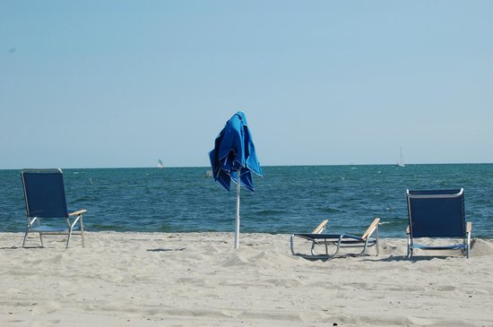 Riviera Beach Resort : Chairs & Umbrellas set up for guests at the beach