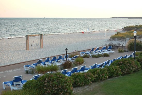 Riviera Beach Resort: Chairs for guests to relax on the patio with a view of the beach