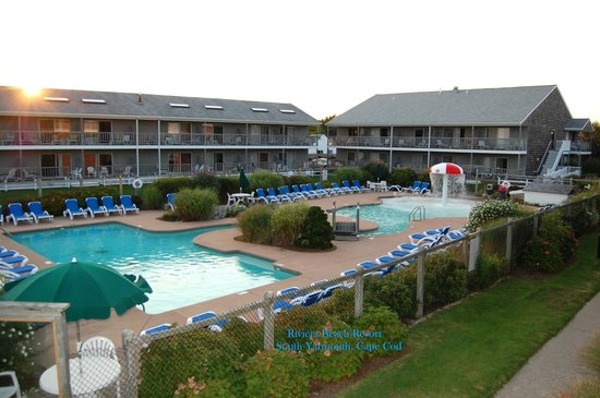 Riviera Beach Resort: Pool & Partial hotel view