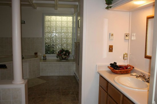 Secret Garden B&B: Soak tub and shower