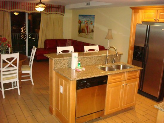 Beachside Colony Resort: Kitchen & Living Room