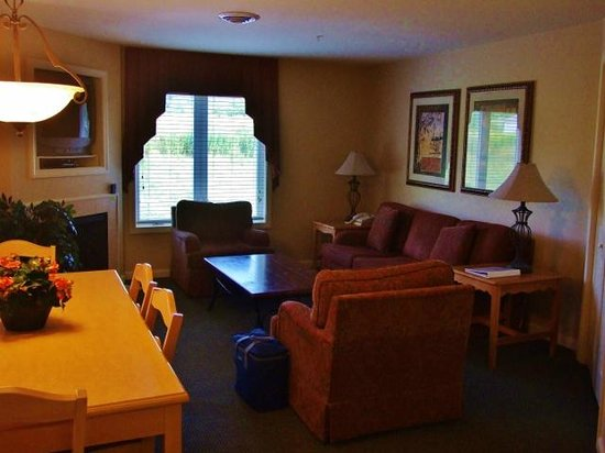 Vacation Village in the Berkshires: Comfortable living/dining room