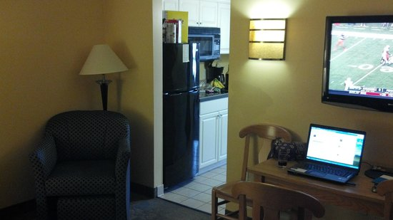 Ocean Key Resort: View looking into the kitchenette area from the living room