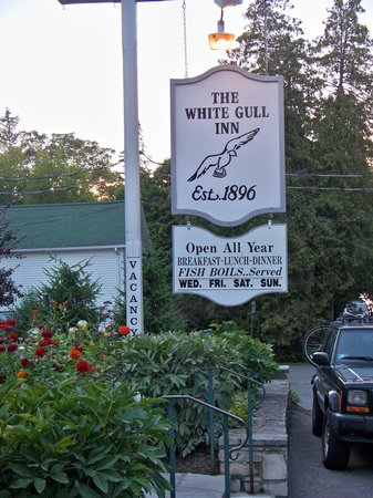 White Gull Inn: Beautiful Flowers & Hummingbirds too