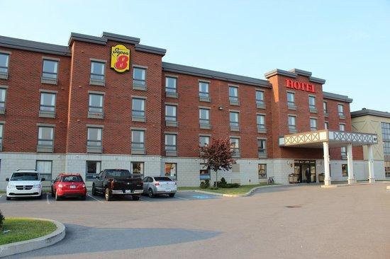 Super 8 Lachenaie/Terrebonne: face de l'hotel