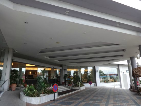 Bayview Hotel Langkawi: Entrance & Drop-off zone at front of hotel