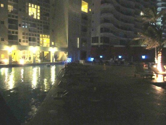 Club Regina Cancun : En la noche. todo a media luz.